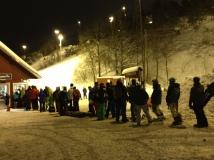 Många som vill åka skidor, liftkön är lång