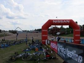 Här ligger ett gäng cyklar och väntar på sina snabba multisportare