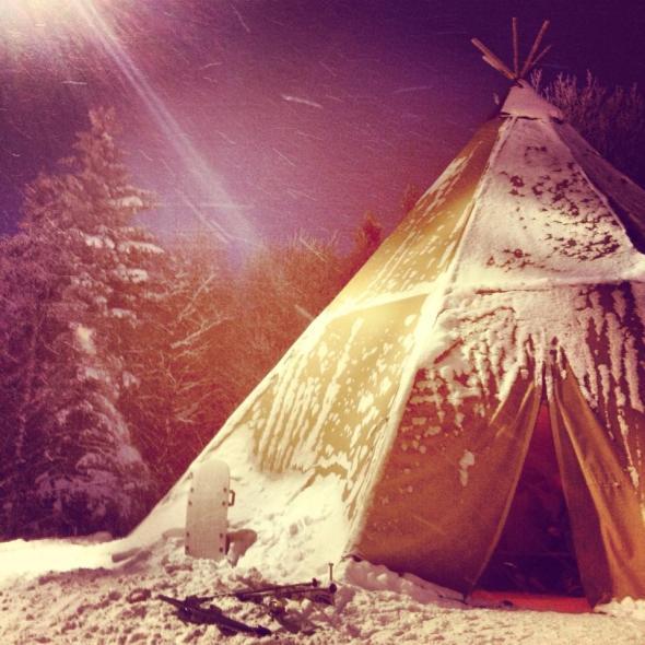 Varm choklad paus med öppen eld i tältet på toppen