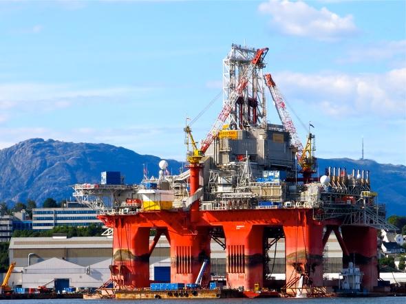 Vi åkte förbi en oljeplattform vid Leirvik