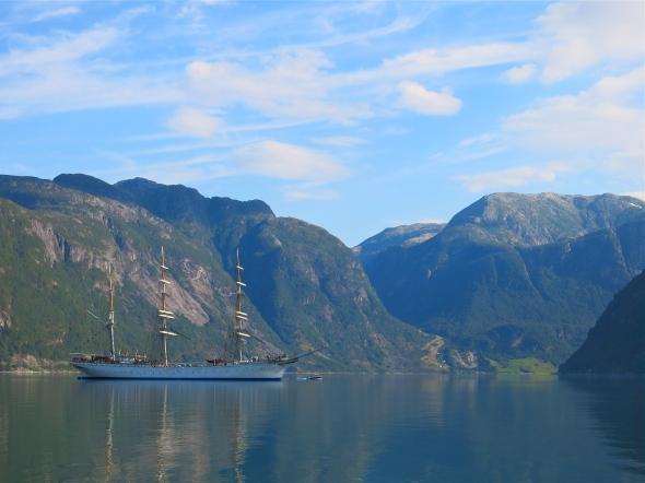 Ett annat skepp kom förbi i fjorden