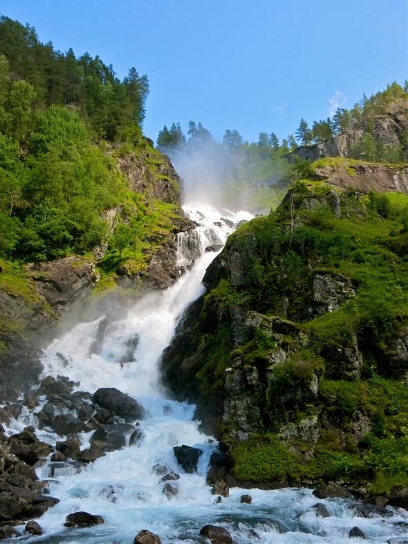 Dånande vattenfall